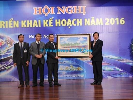 Bộ trưởng Nguyễn Bắc Son trao quà lưu niệm cho VNPT